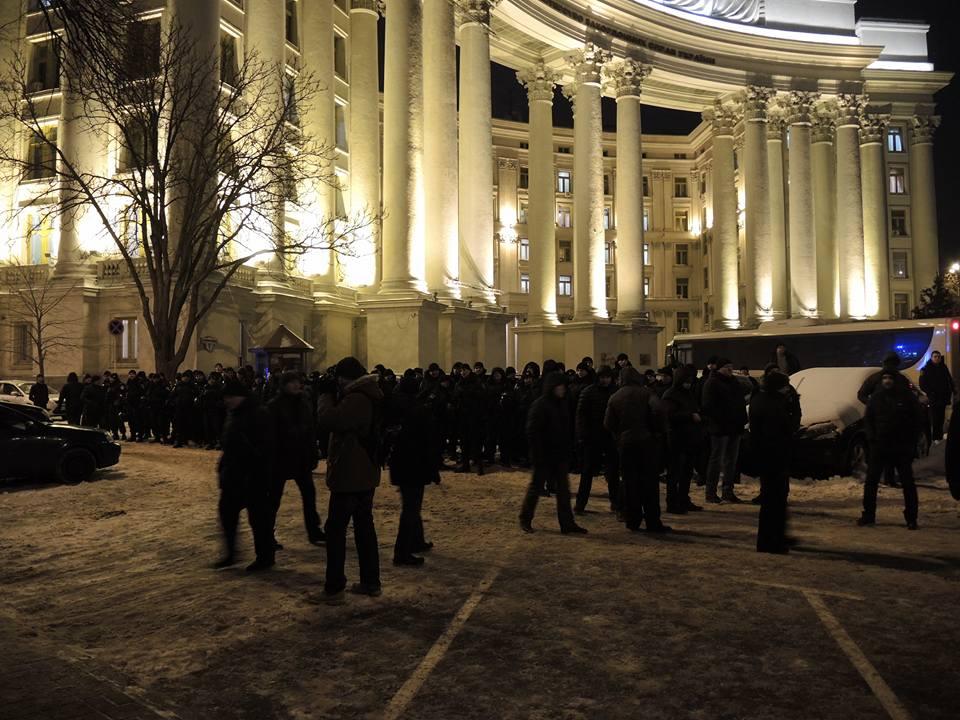 Активісти символічно запалили у Києві шини на Грушевського - фото 2