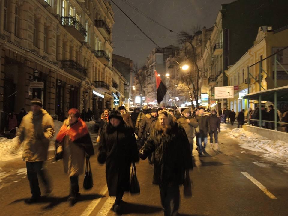Активісти символічно запалили у Києві шини на Грушевського - фото 3
