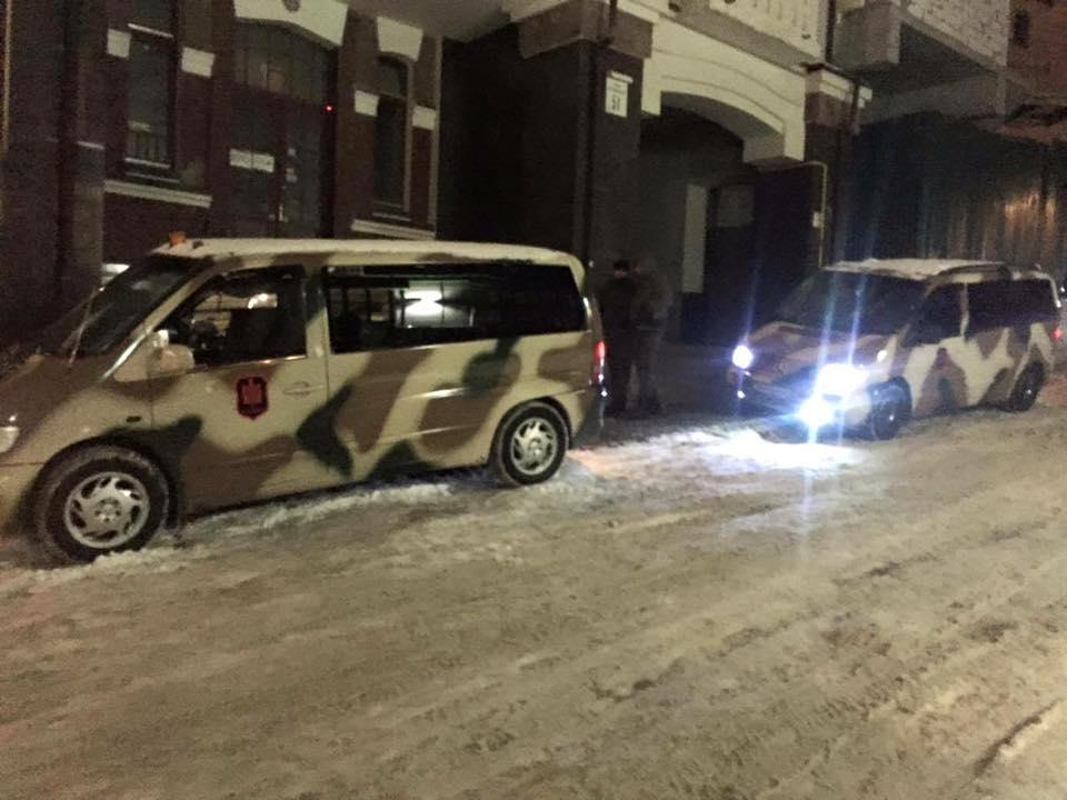 """У Києві офіс партії """"Укроп"""" оточили озброєні """"тітушки"""" - фото 2"""