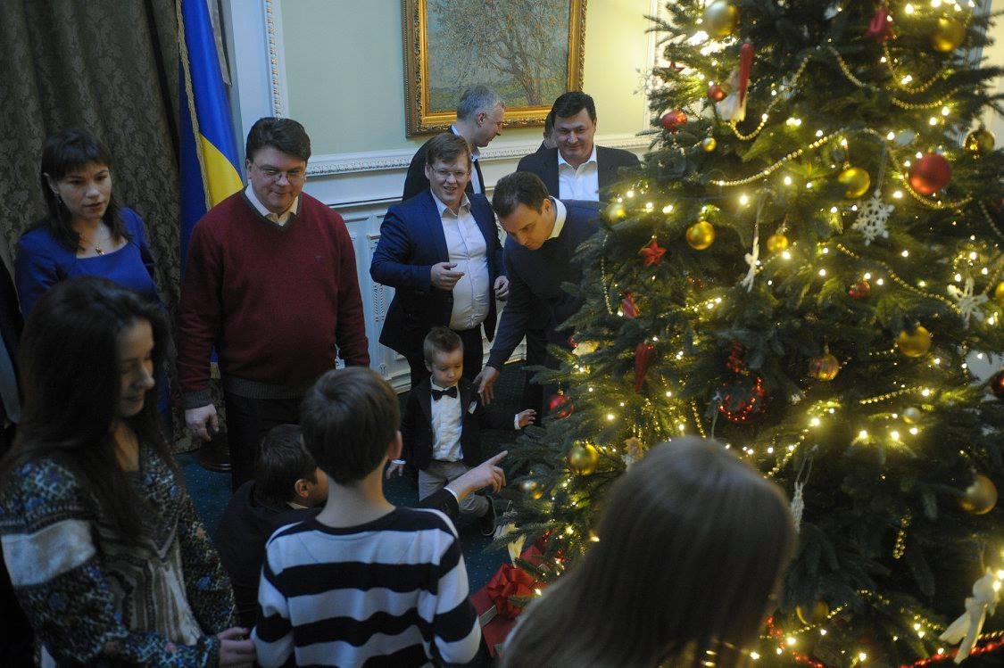 Як українські міністри з дітьми прикрашали ялинку у Кабміні - фото 5