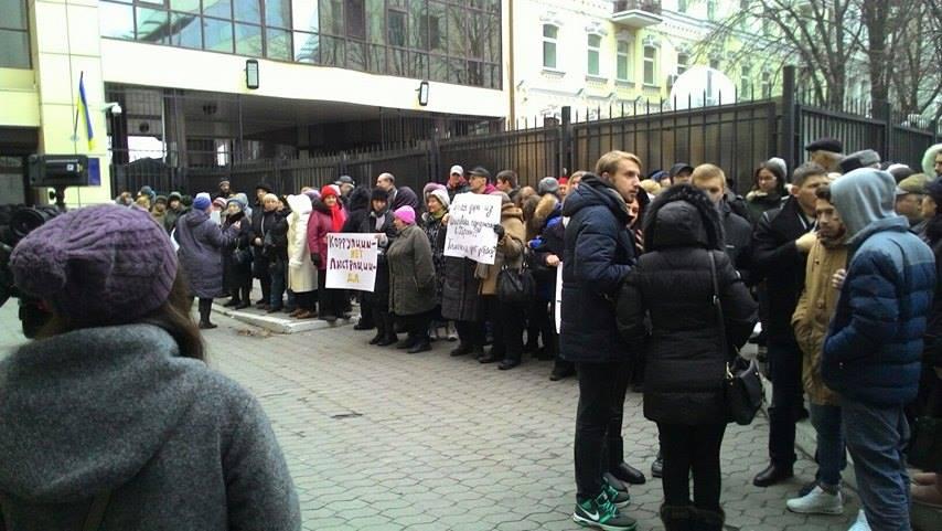 """Активісти під стінами Насірова вимагають люструвати Гаврилюка та його """"сірі схеми"""" на митниці - фото 4"""