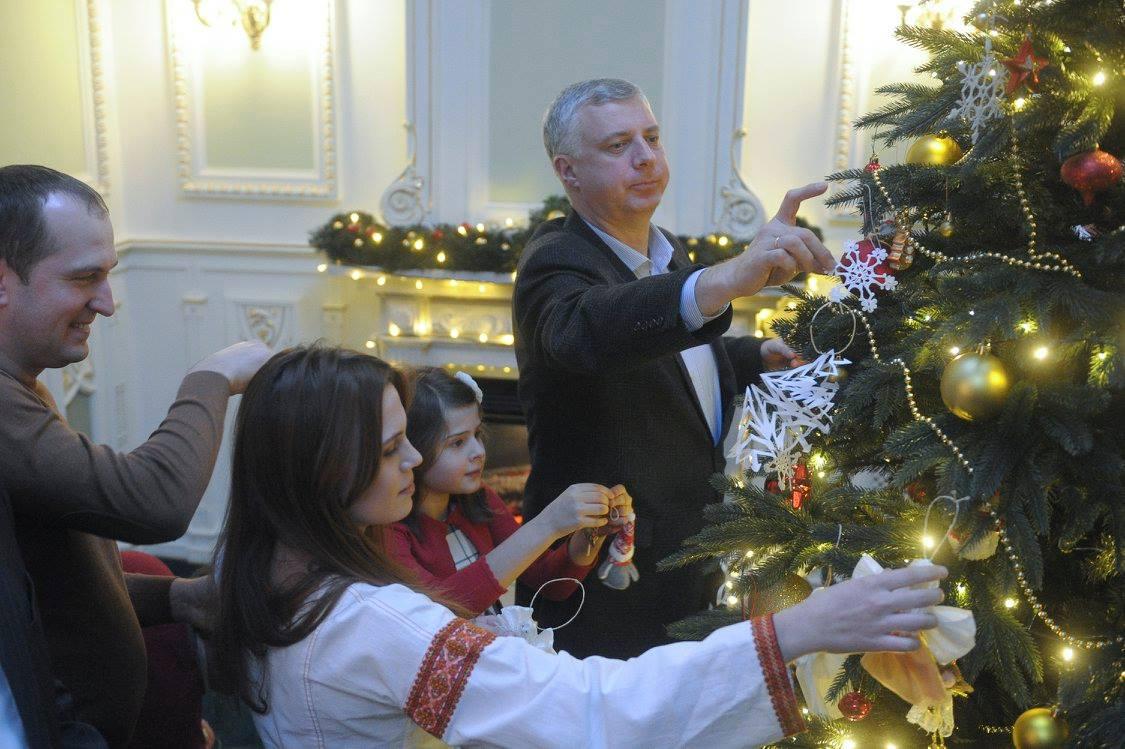 Як українські міністри з дітьми прикрашали ялинку у Кабміні - фото 3