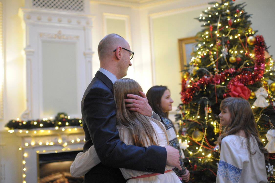 Як українські міністри з дітьми прикрашали ялинку у Кабміні - фото 2