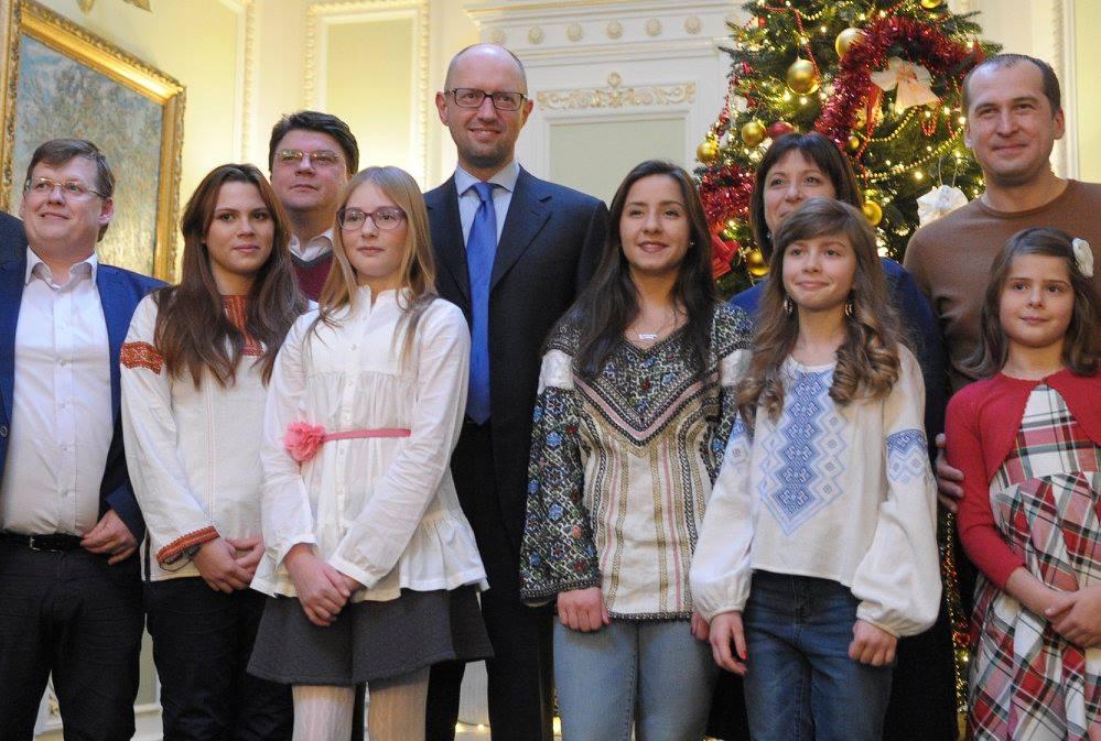 Як українські міністри з дітьми прикрашали ялинку у Кабміні - фото 9