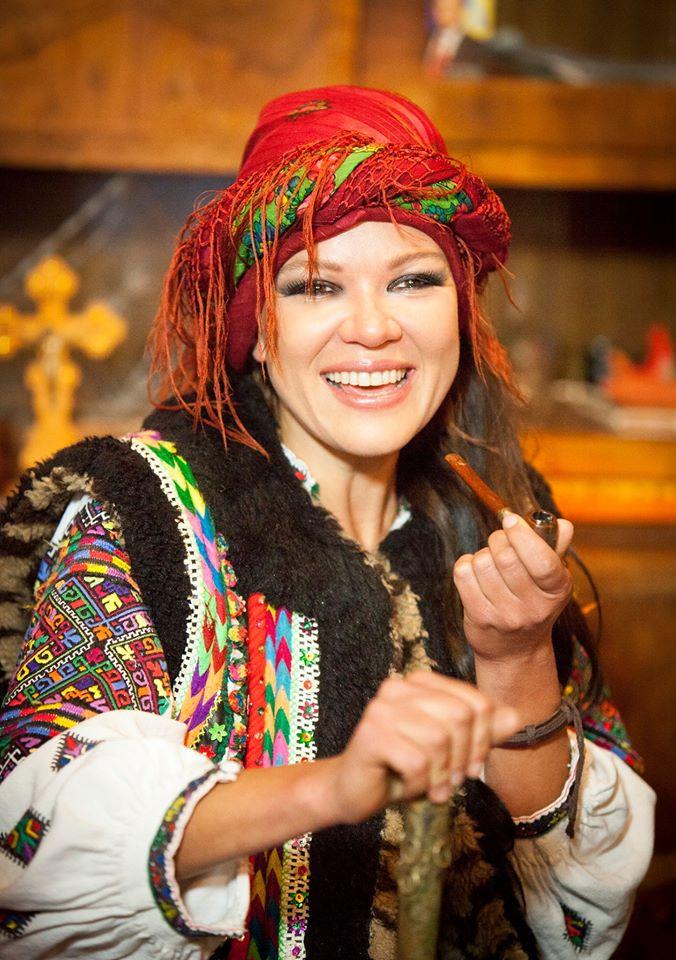Руслана приміряла образ гуцулки з люлькою - фото 2
