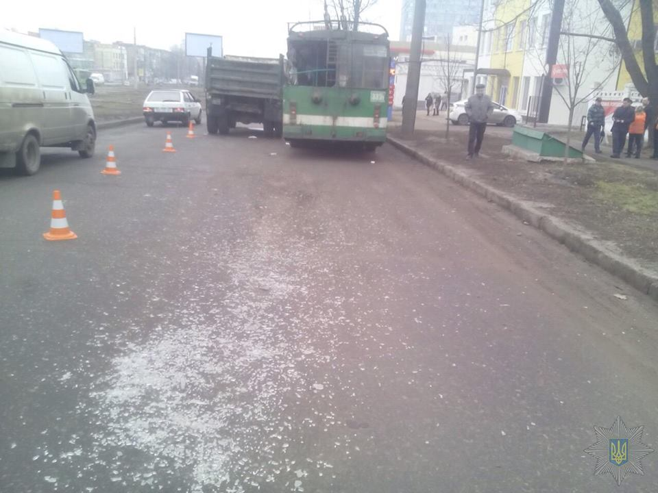 Зіткнення тролейбусу та вантажівки в Харкові: деталі ДТП  - фото 3