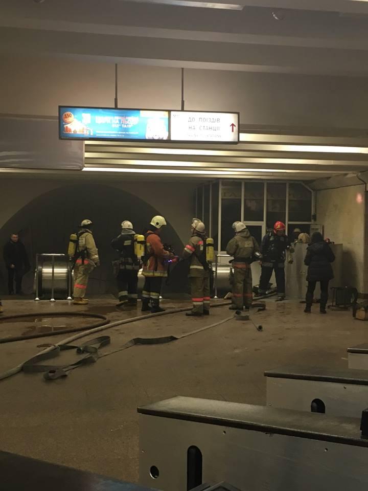 """У столичній підземці пожежа. Станцію """"Дружби народів"""" закрили - фото 1"""