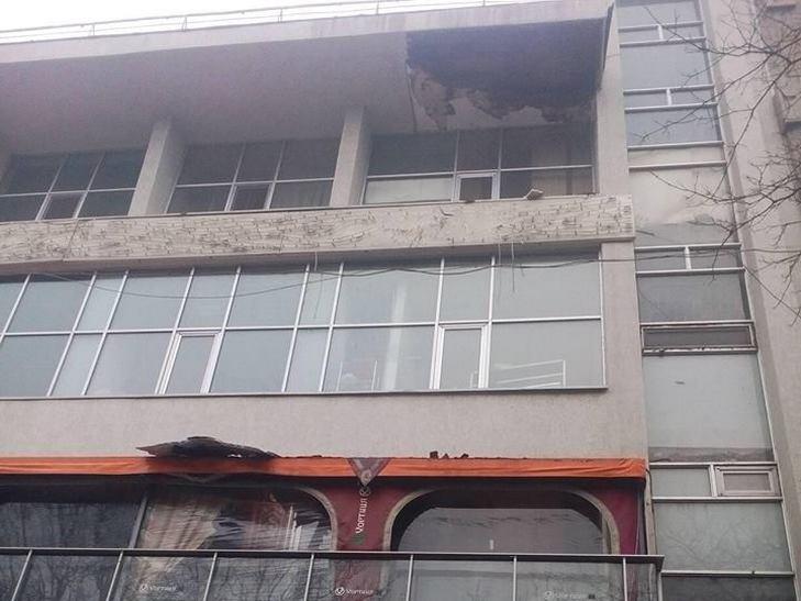 В центрі Одеси обвалився фасад однієї з будівель - фото 1