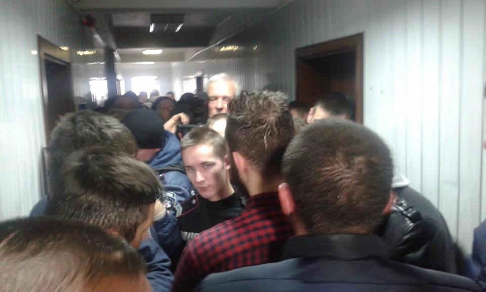 """Як """"торнадівці"""" штурмують київський суд - фото 1"""