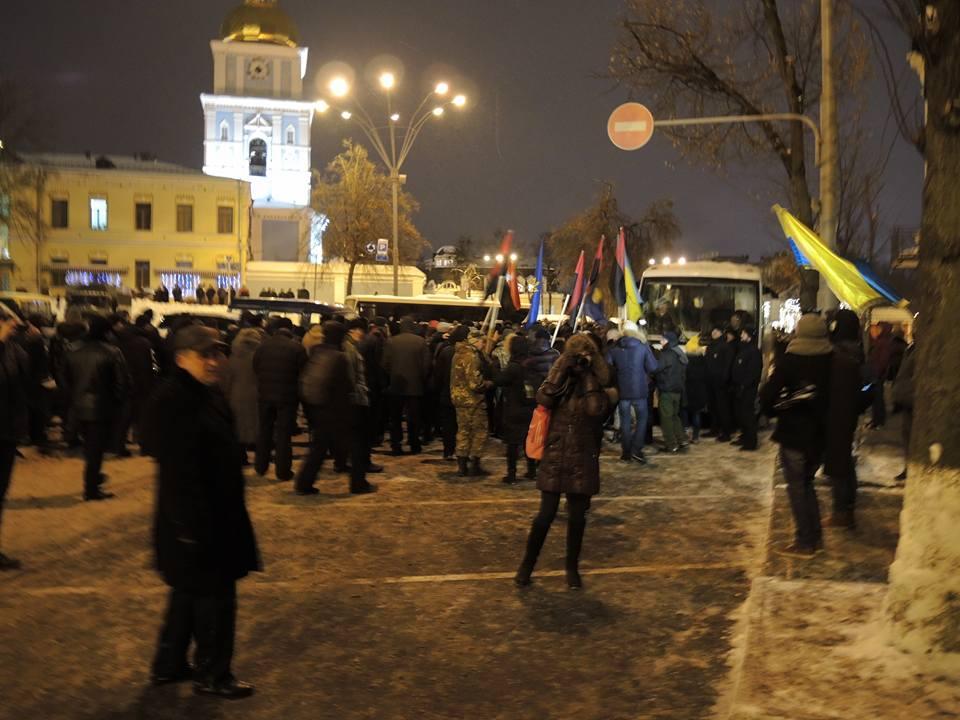 Активісти символічно запалили у Києві шини на Грушевського - фото 4