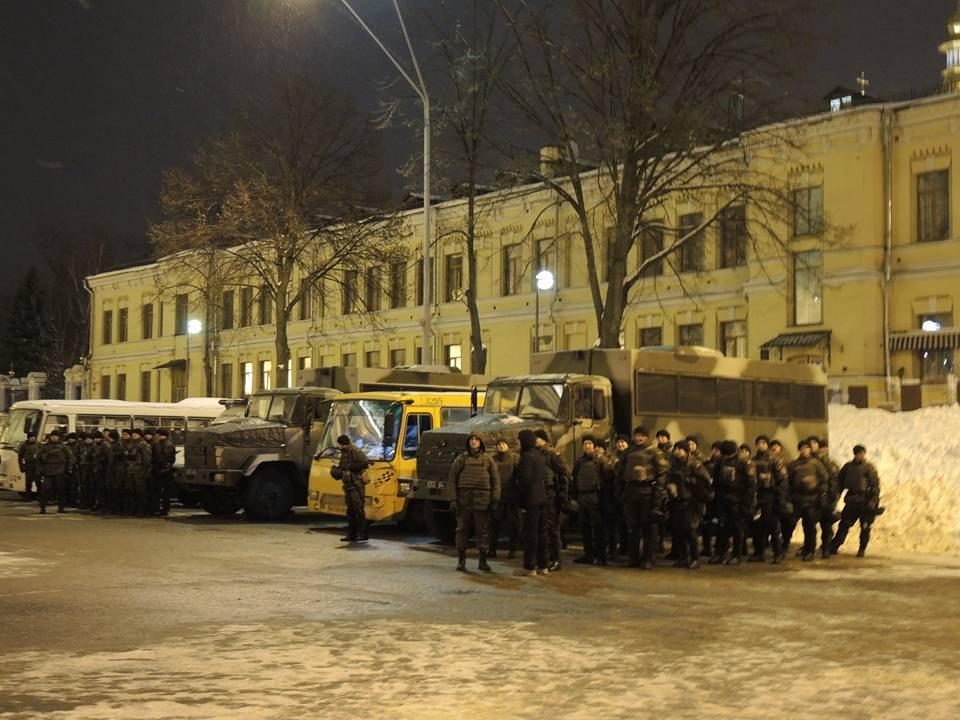 Активісти символічно запалили у Києві шини на Грушевського - фото 5