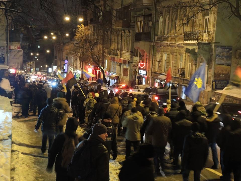 Активісти символічно запалили у Києві шини на Грушевського - фото 6
