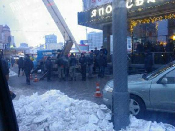 """Як з київського планетарію """"з боєм"""" демонтували незаконну рекламу - фото 2"""
