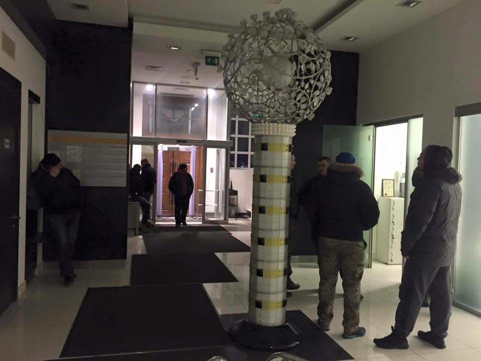 """У Києві офіс партії """"Укроп"""" оточили озброєні """"тітушки"""" - фото 4"""