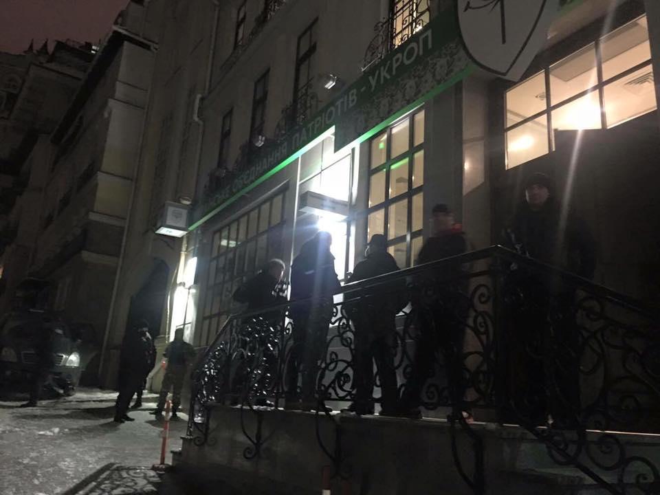 """У Києві офіс партії """"Укроп"""" оточили озброєні """"тітушки"""" - фото 1"""