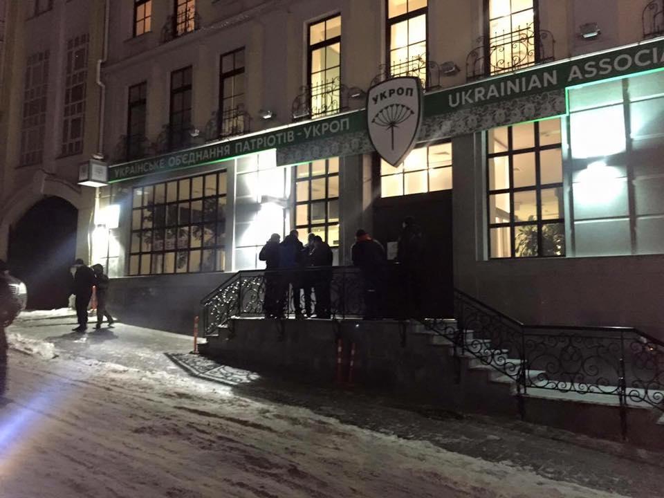 """У Києві офіс партії """"Укроп"""" оточили озброєні """"тітушки"""" - фото 3"""