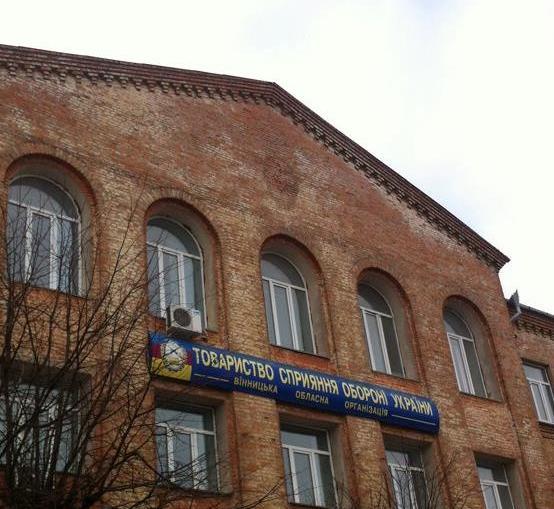 """Ще одна будівля в центрі Вінниці """"скинула з себе """" серп і молот  - фото 2"""