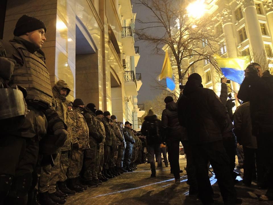 Активісти символічно запалили у Києві шини на Грушевського - фото 7