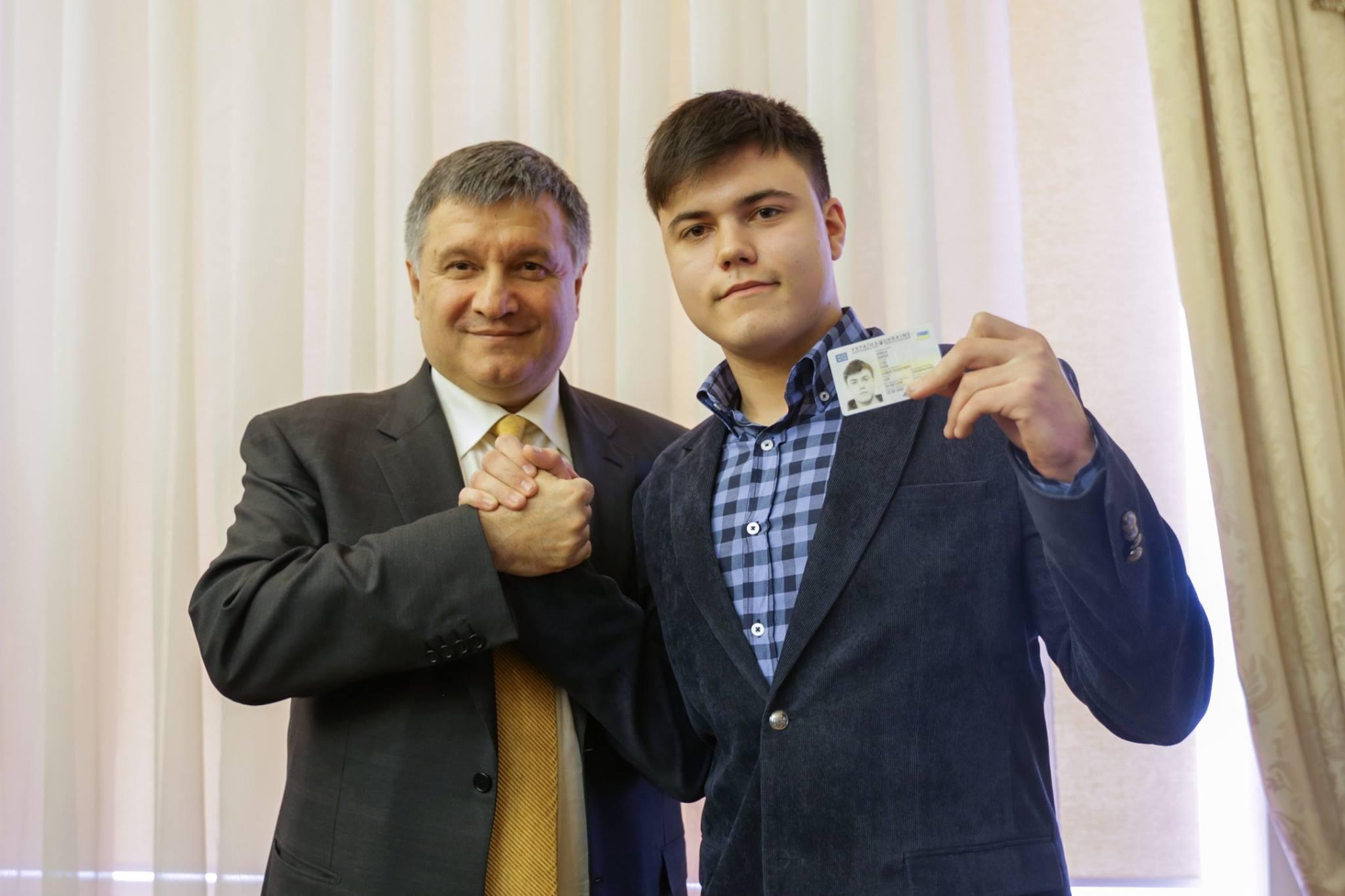 """Аваков пообіцяв кожному українцеві """"розумний"""" паспорт вже за чотири роки - фото 2"""