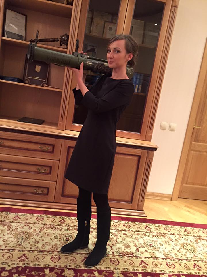 """Антикорупційному прокурору подарували гранатомет-""""ліквідатор корупції"""" - фото 1"""