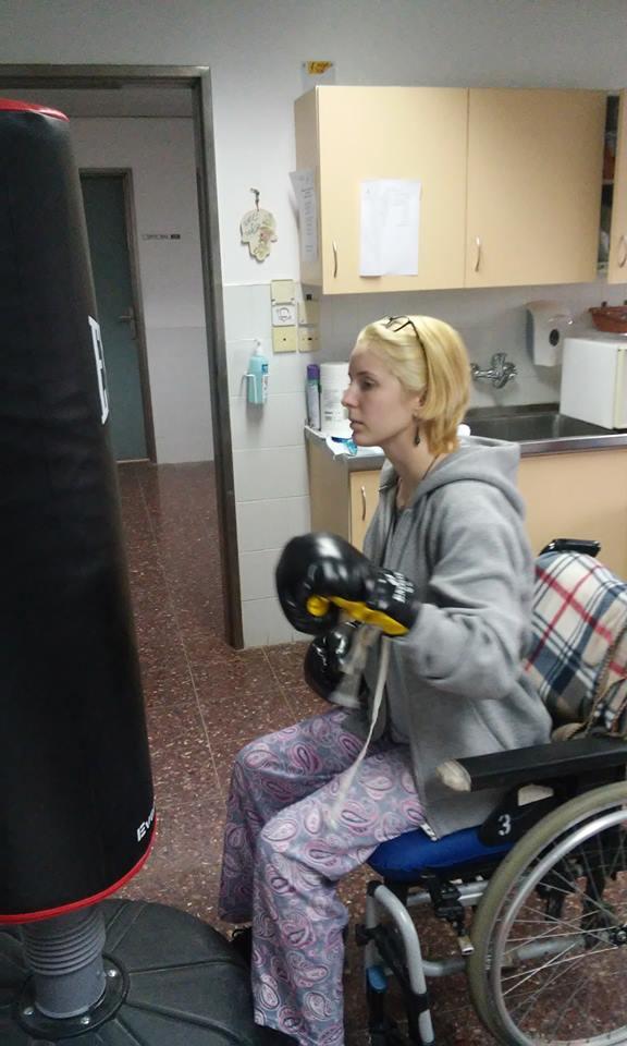 """Як """"Госпітальєрка"""" Зінкевич на візку лупить боксерську грушу  - фото 1"""