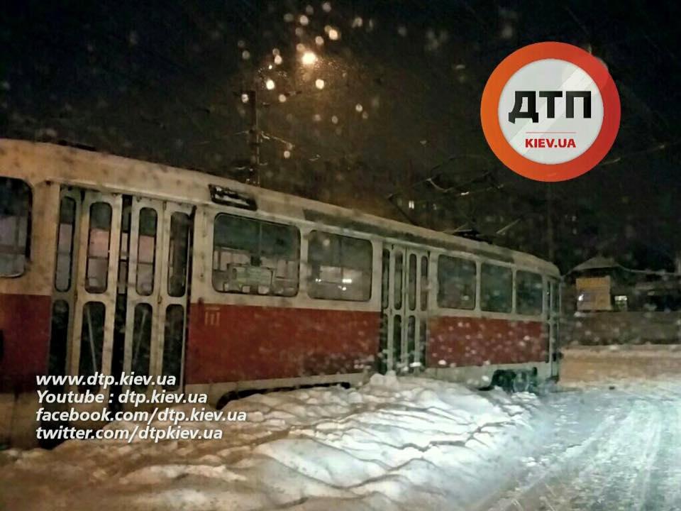 У Києві через негоду зійшов з рейок ще один трамвай - фото 1