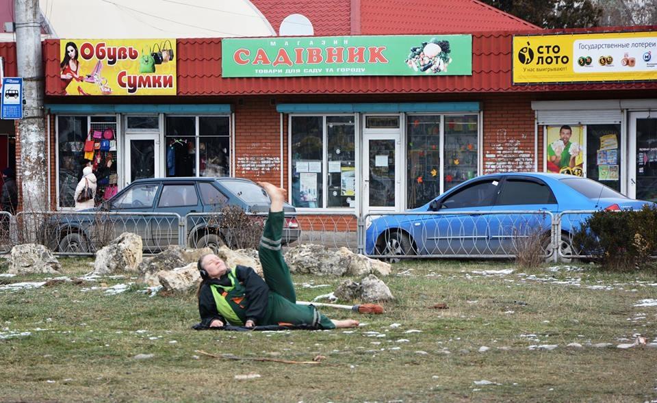 В центрі Сімферополя прибиральниця влаштувала йога-шоу - фото 1