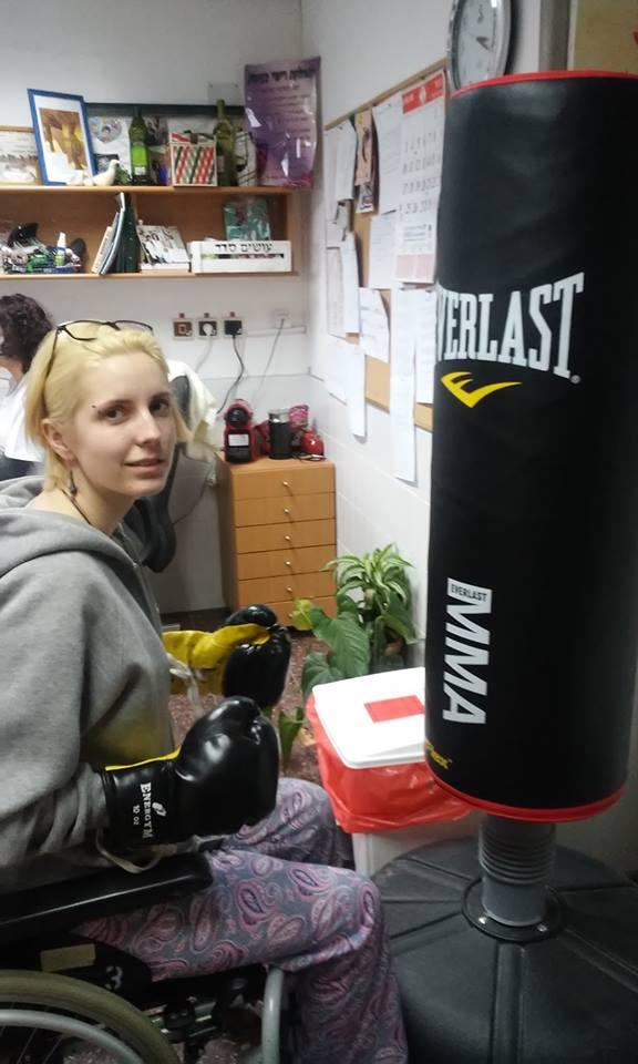 """Як """"Госпітальєрка"""" Зінкевич на візку лупить боксерську грушу  - фото 2"""