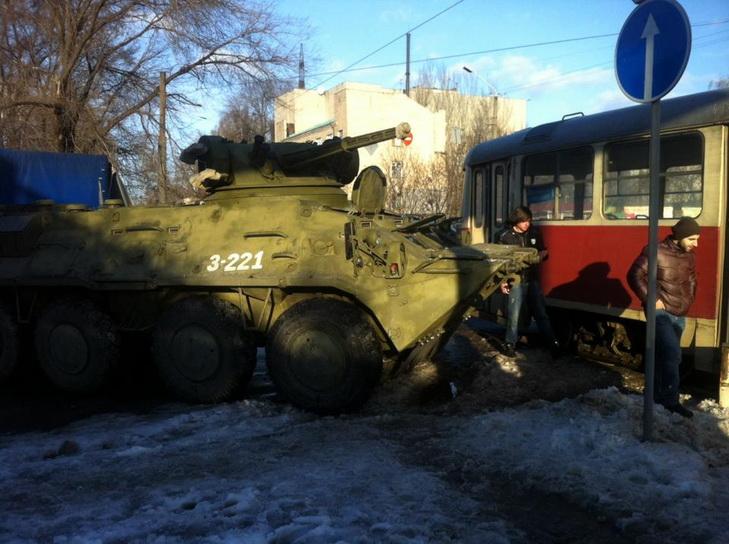 БТР столкнулся с трамваем в Днепропетровске, пострадала женщина-водитель - Цензор.НЕТ 4146