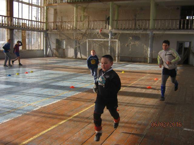 Волонтер показав, у яких умовах живуть та грають у фубол діти у воєнній Красногорівці - фото 7