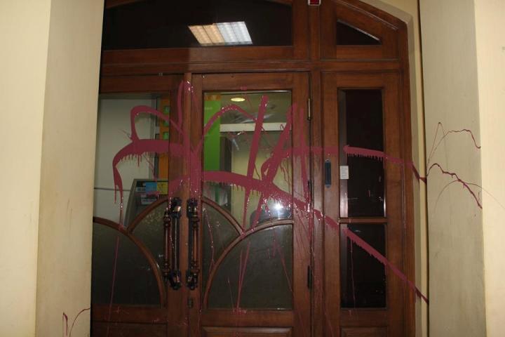 В Ужгороді активісти облили червоною фарбою російські банки - фото 3