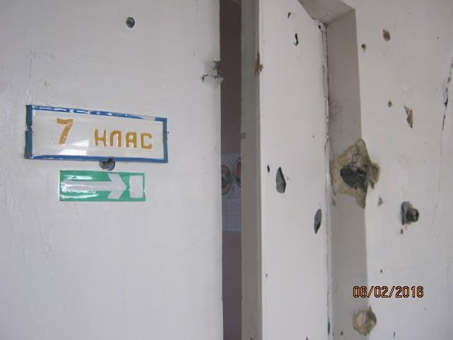Волонтер показав, у яких умовах живуть та грають у фубол діти у воєнній Красногорівці - фото 5