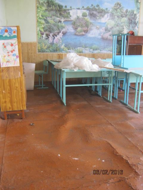 Волонтер показав, у яких умовах живуть та грають у фубол діти у воєнній Красногорівці - фото 2