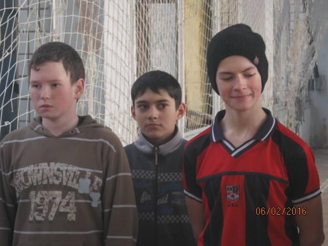 Волонтер показав, у яких умовах живуть та грають у фубол діти у воєнній Красногорівці - фото 1