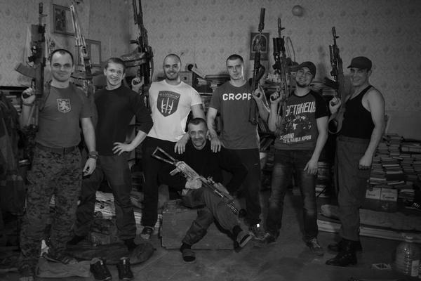 Голий торс та гвинтівка - як бійці на передовій знімались у фотосесії - фото 10