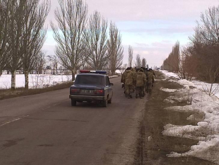 """АТОшники йдуть пішки з Широколанівського полігону на """"штурм"""" військової прокуратури - фото 1"""