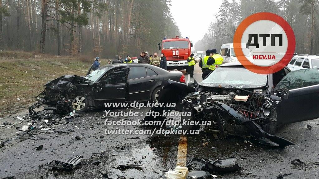 Страшна аварія під Києвом: жінка загинула, дитина в реанімації (ФОТО) - фото 1