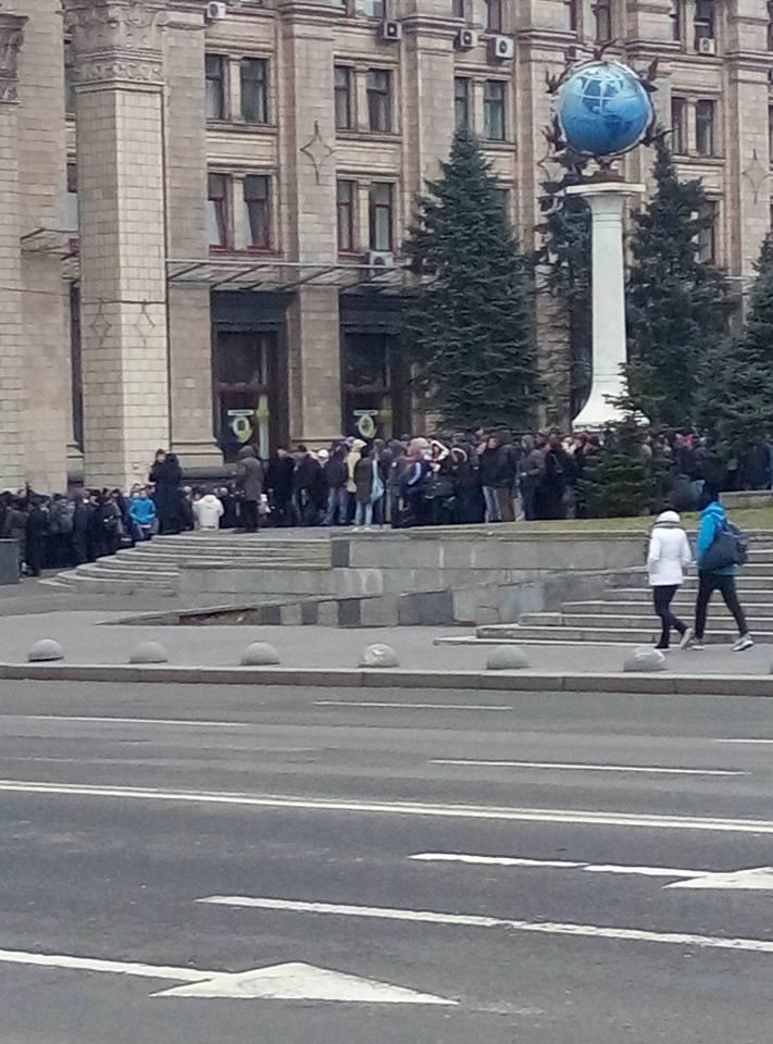 Під Раду стягують колони мітингуючих, - ЗМІ - фото 4