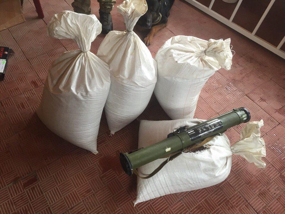 У Києві знайшли чотири схованки зі зброєю та наркотиками - фото 4