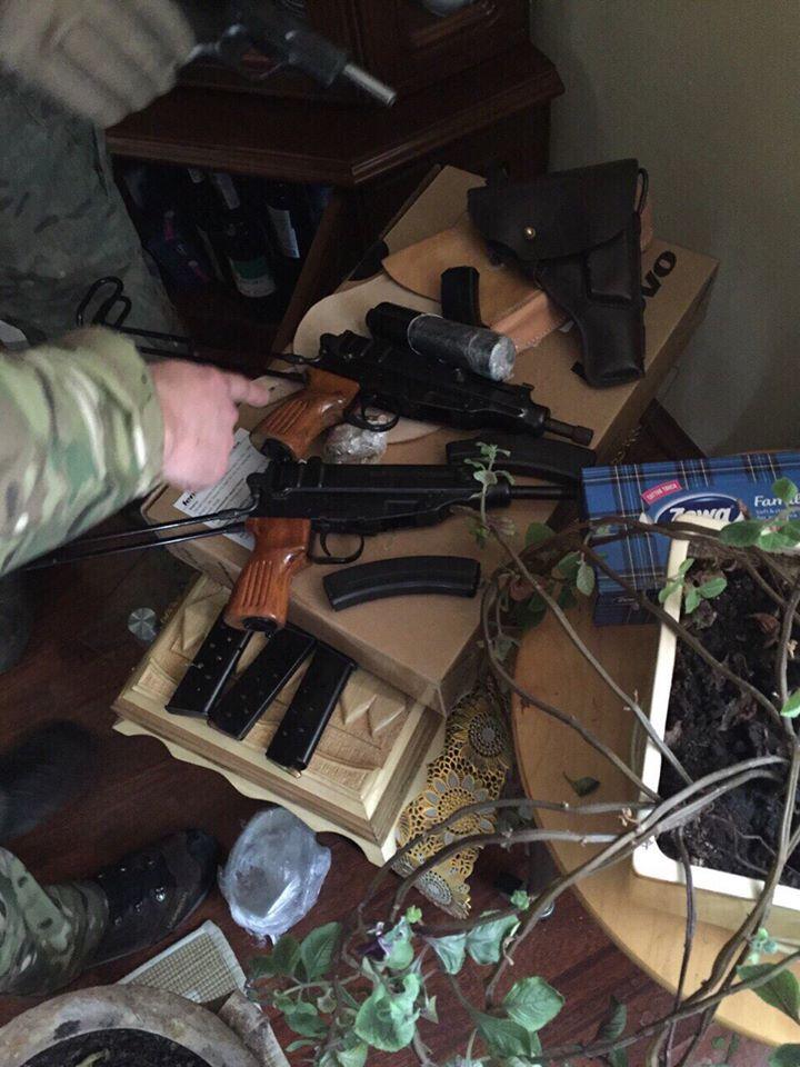 У Києві знайшли чотири схованки зі зброєю та наркотиками - фото 2