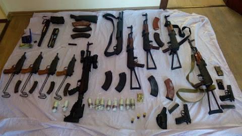 У Києві знайшли чотири схованки зі зброєю та наркотиками - фото 3