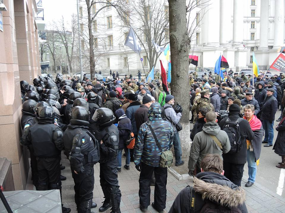 В центрі Києва покидались камінням в вікна російських банків та офіса Ахметова - фото 3