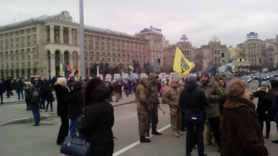 В центрі Києва покидались камінням в вікна російських банків та офіса Ахметова - фото 4