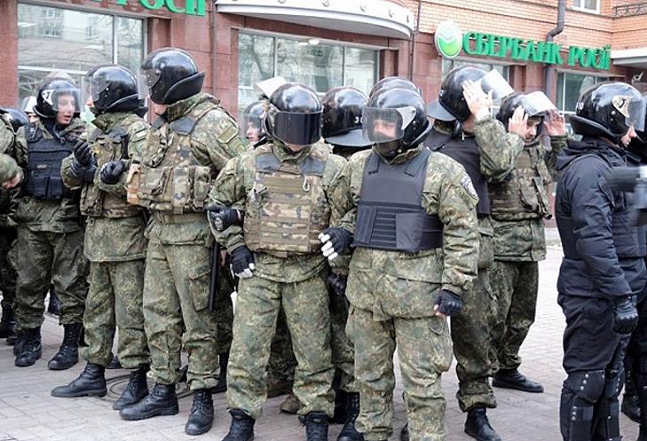 В центрі Києва покидались камінням в вікна російських банків та офіса Ахметова - фото 2