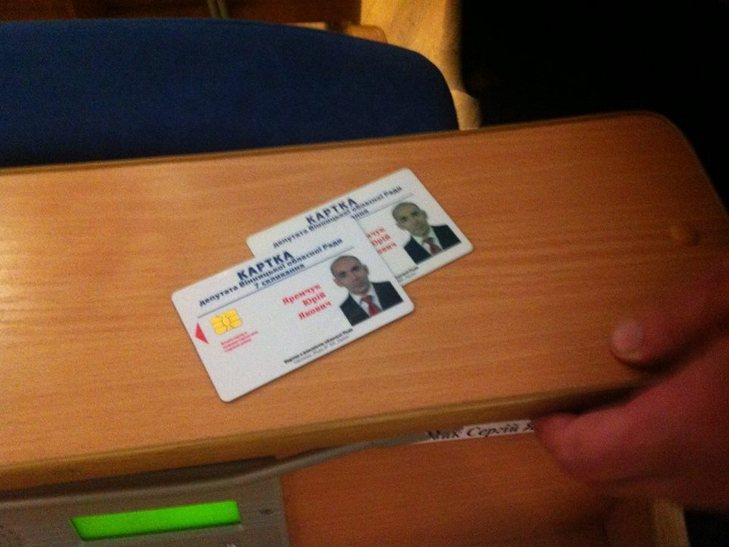 """Як вінницький депутат-""""опоблоківець"""" Яремчук """"насіяв"""" собі на дві картки для голосування в облраді - фото 1"""