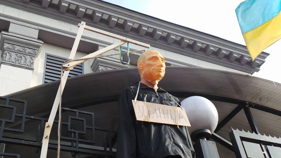 У Києві повісили на шибениці опудало Путіна (ФОТО) - фото 2