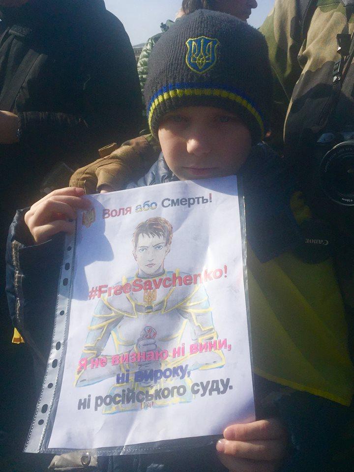 Кияни збираються на Майдані на акцію підтримки Надії Савченко (ФОТО) - фото 4