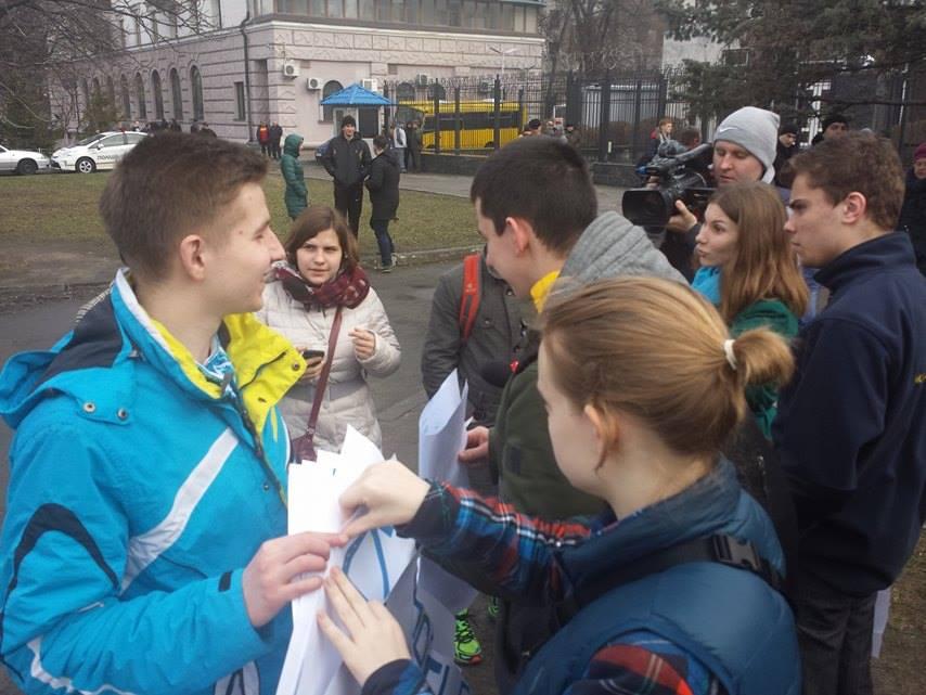 Під посольством Росії у Києві вимагають звільнити Савченко - фото 1