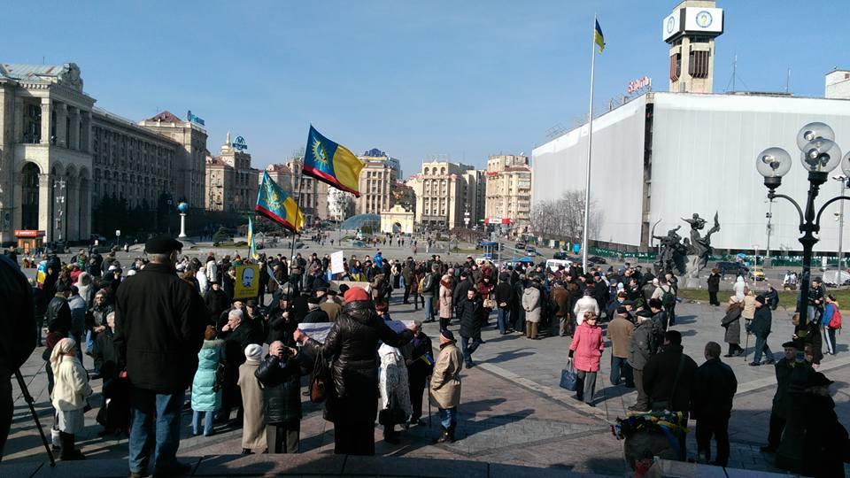 Кияни збираються на Майдані на акцію підтримки Надії Савченко (ФОТО) - фото 2