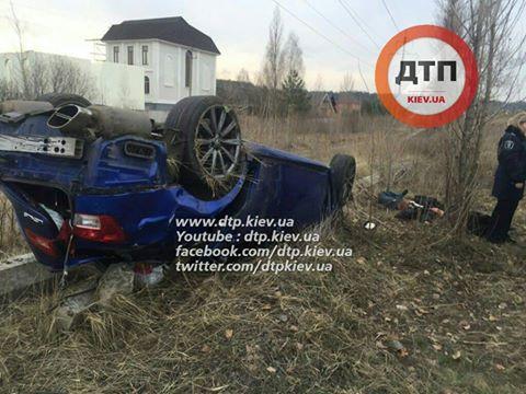 У Києві Lexus зніс зупинку: пішохід загинув на місці (ФОТО 18+) - фото 2